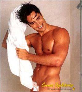 hombre depilándose genitales con crema en la ducha